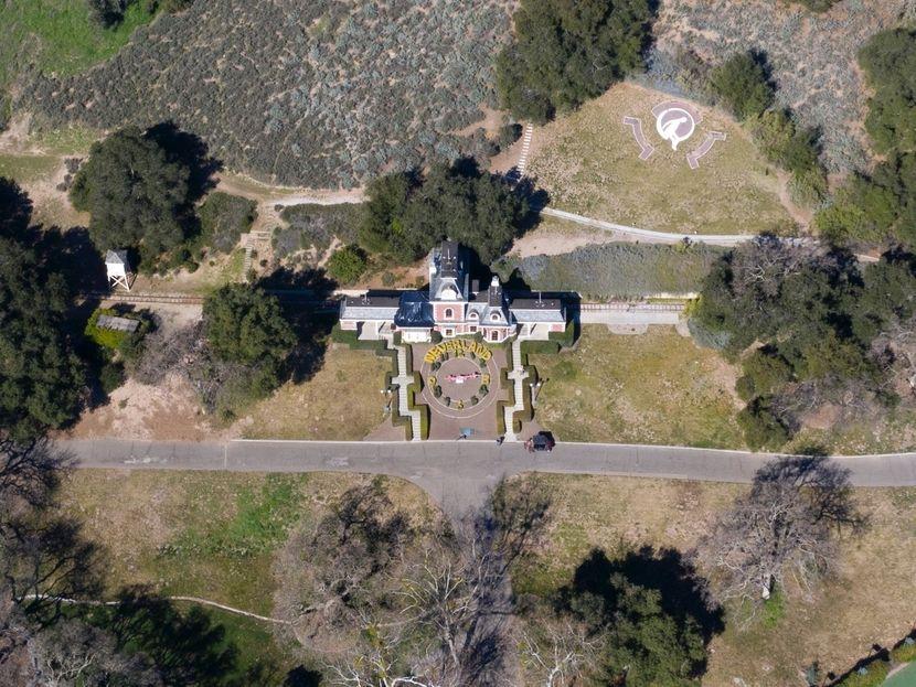 Конечно продаден ранчот на Мајкл Џексон – ќе ви се заврти во глава кога ќе дознаете што сѐ поседува овој имот!