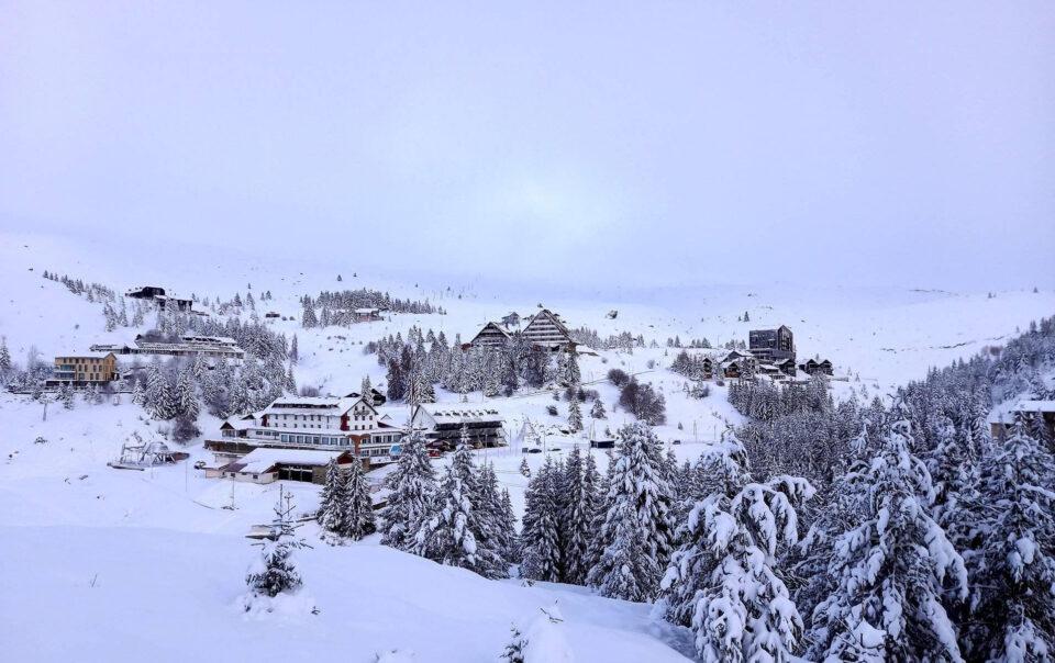 Скијачките клубови бараат подготвување на скијачки патеки на Попова Шапка откако наврна доволно снег