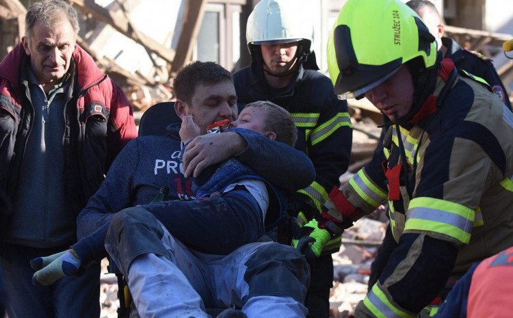 Се огласи мајката на детето кое со таткото беа први спасени по земјотресот во Петриња