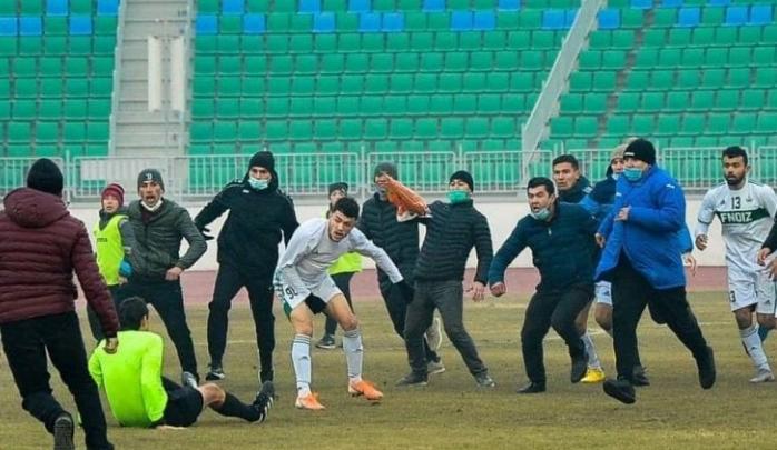 Фудбалер нападна судија со застрашувачки карате потег, навивачите му се придружија (ВИДЕО)