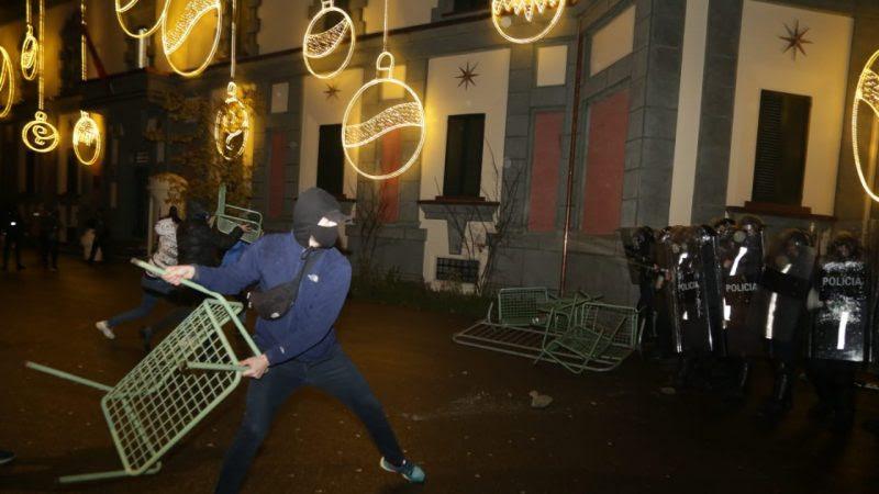 """""""Војна"""" во центарот на Тирана, полицијата со солзавец и водени топови, демонстрантите со камења"""