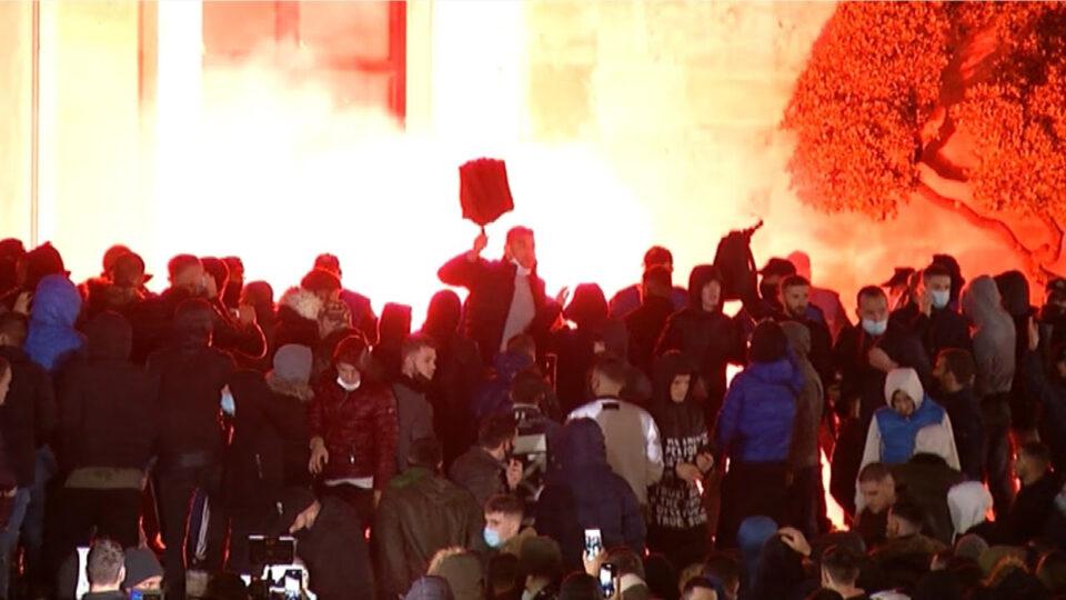 Протестот остави пустош во Тирана