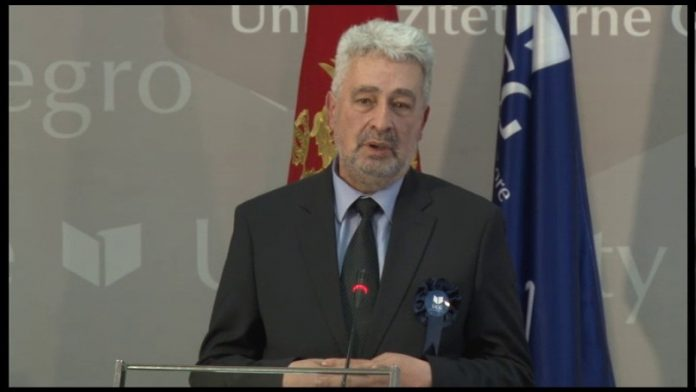 Кривокапиќ ја претставува програмата на новата црногорска влада, протести пред Парламентот