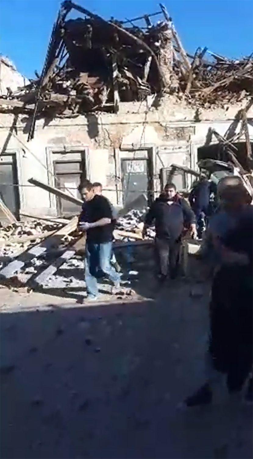 ПРЕМИЕРОТ НА ХРВАТСКА И ВОЈСКАТА НА ПАТ КОН ПЕТРИЊА – градот во рушевини, луѓе затрупани во своите домови