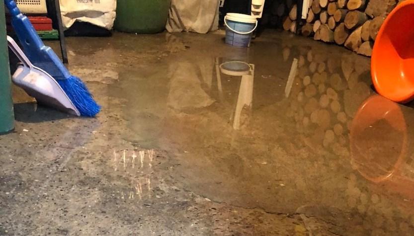 Граѓани на Шутка со голема мака: Подрумите им се под вода, а никој не сака да им помогне