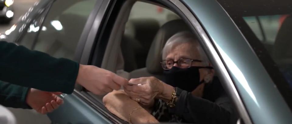 """ФОТО: НОВАТА """"НОРМАЛНОСТ"""" – деведесетгодишен пар својата 73-годишнина ја прослави со вакцинација"""