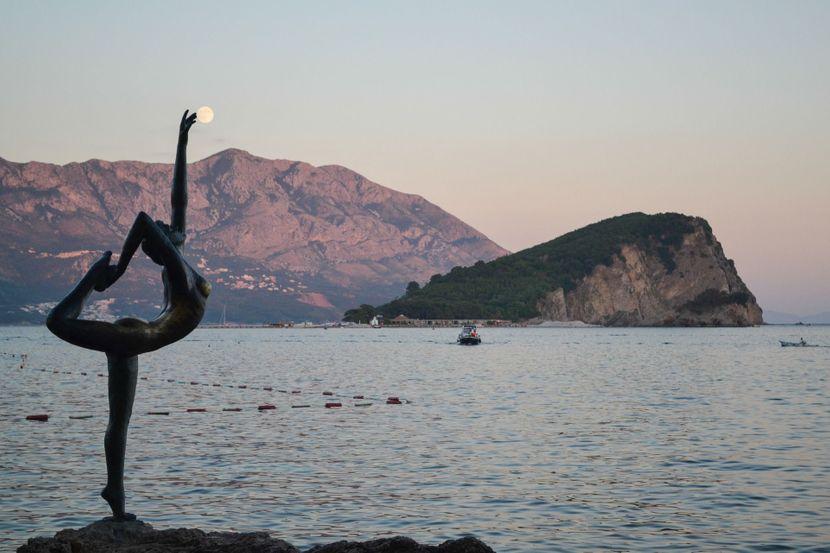 ФОТО: По силното невреме пронајдена статуата Балерина, заштитниот знак на Будва