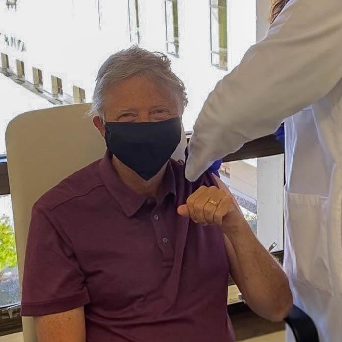 Бил Гејтс прими вакцина против коронавирус (ФОТО)