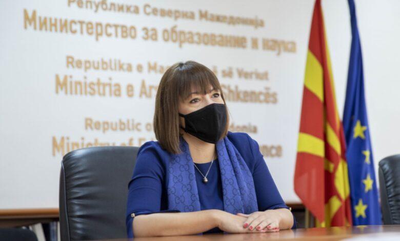 Министерката Царовска со шал Гучи кој чини стотици евра