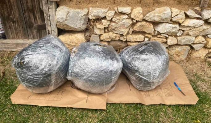 Пронајдени 15 килограми дрога во кумановско, три лица приведени (ФОТО)