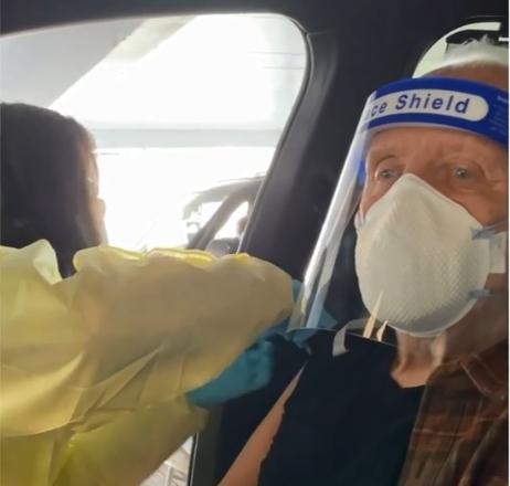 ВИДЕО: По една година помината во карантин Ентони Хопкинс се вакцинираше