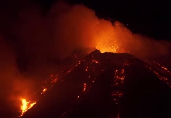 ВИДЕО: Се разбуди вулканот Етна, еруптира лава и пепел