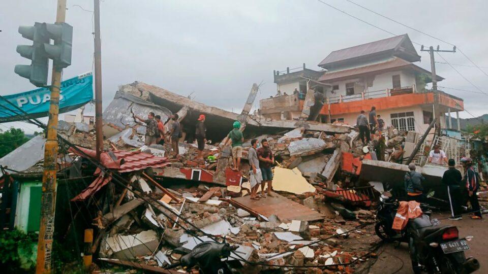 Најмалку десетмина загинати при земјотрес во Индонезија