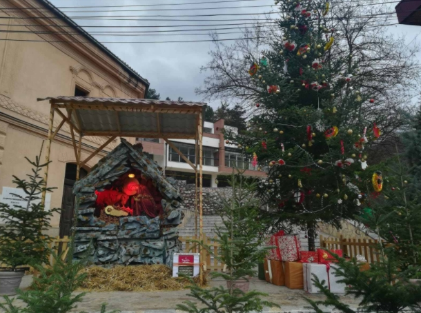 Голема божиќна пештера го краси центарот на Кичево