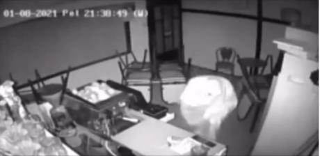 Објавено видео од кражбата во кафе барот во Јанчиште, каде крадецот влегува покриен со бел чаршаф (ВИДЕО)