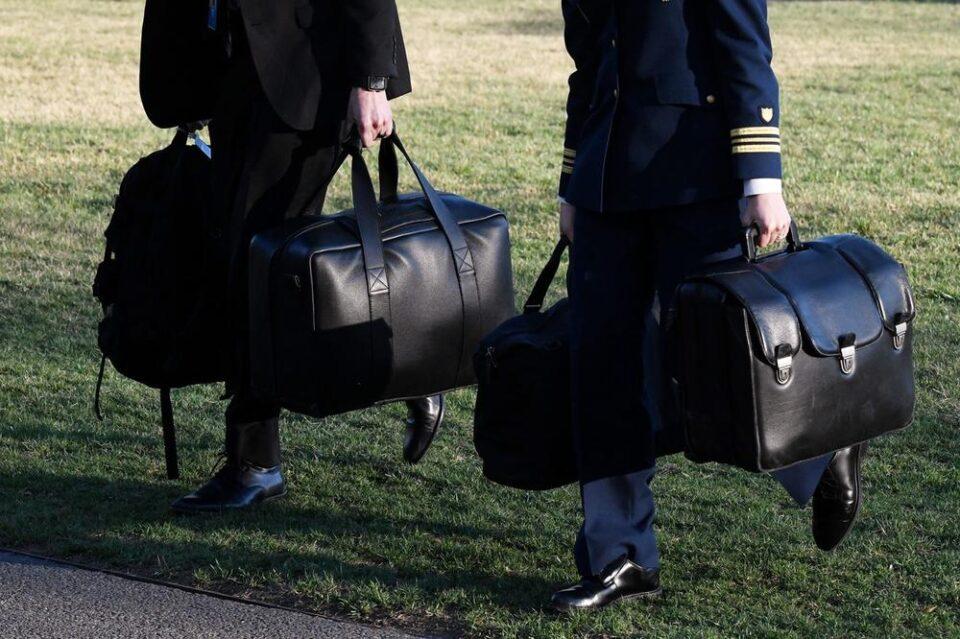 Во овој куфер се наоѓа тајната на американската моќ: Прв пат во историјата поранешниот претседател нема да го отстапи на сегашниот (ФОТО)