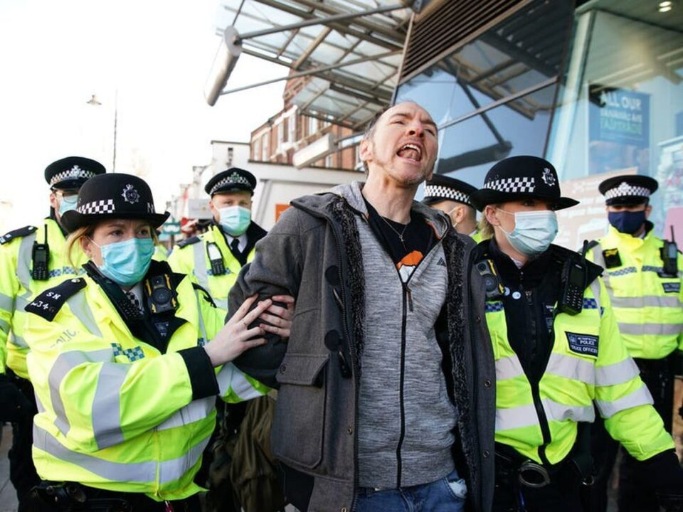 """Протести во Лондон поради """"заклучувањето"""", уапсени 12 демонстранти"""