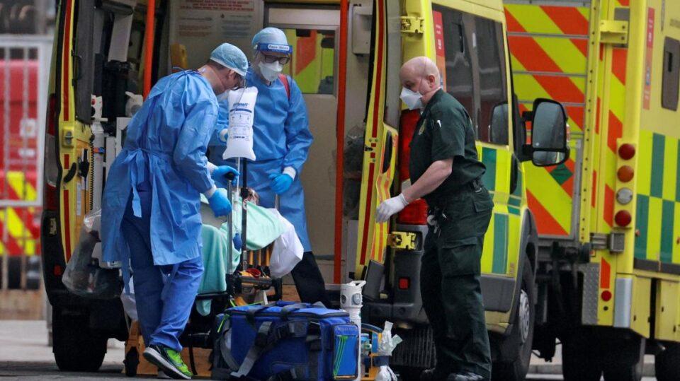 Хаос во Лондон: Пациенти чекаат и по девет часа за да влезт во болница