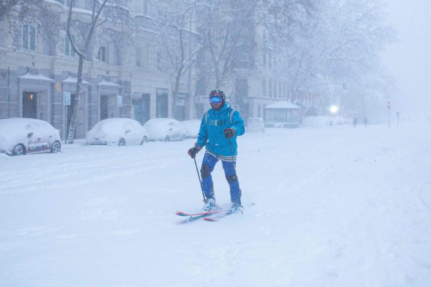 Снегот во Мадрид се претвори во мраз: Секој час во болница завршуваат по 50 луѓе (ВИДЕО)
