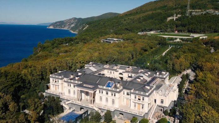 Пријателот од џудо на Путин тврди дека е сопственик на контроверзната палата (ВИДЕО)