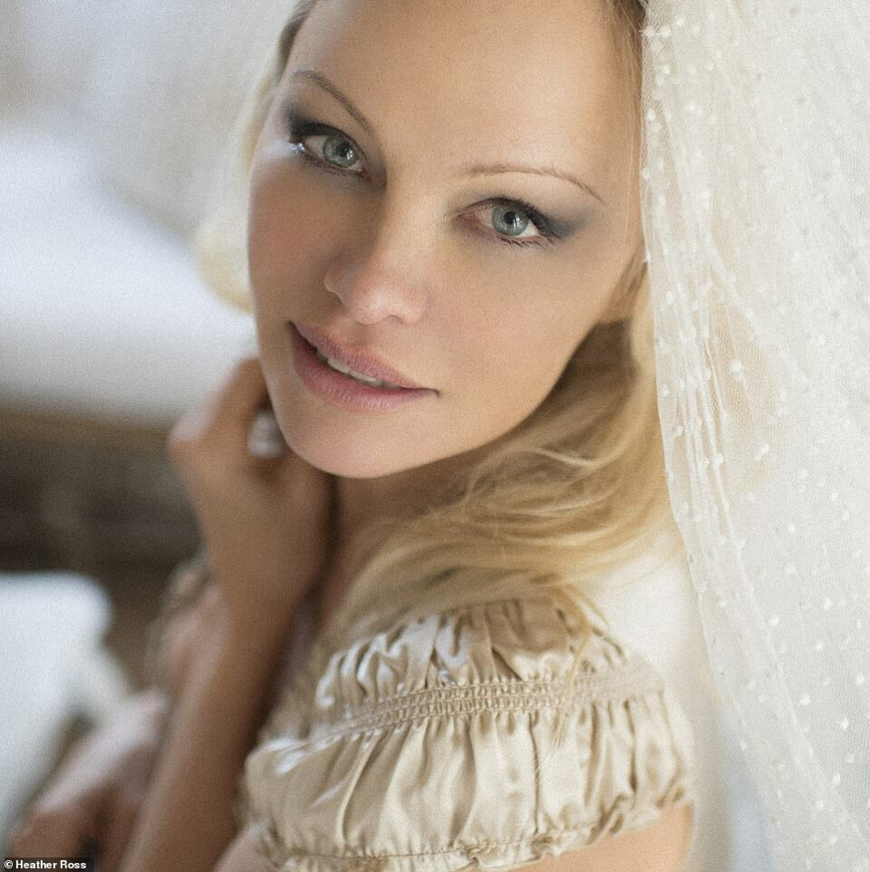 Верува во љубов: Памела Андерсон се омажи по шести пат