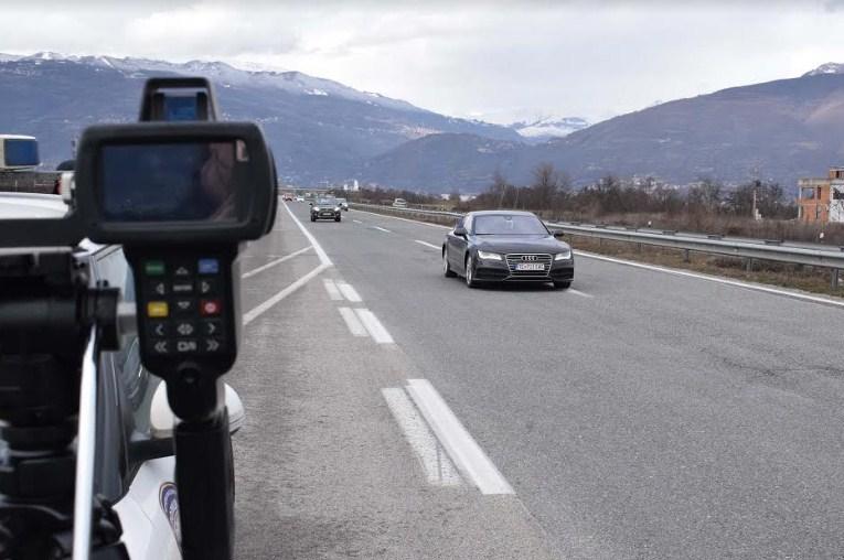 За брзо возење на автопатот Скопје-Тетово казнети 88 возачи