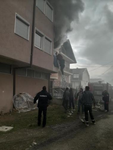 ФОТО: Пожар во зграда во Гостивар, полицајци во првите редови при евакуација на станарите