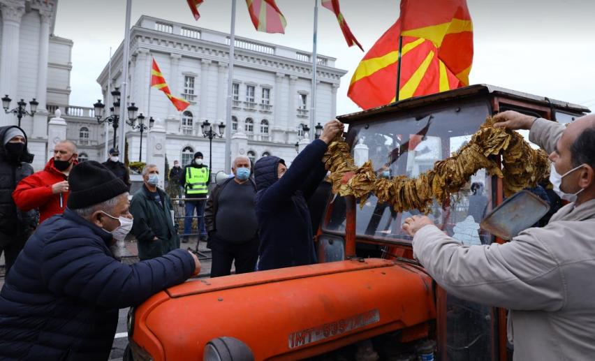 Тутунарите и лозарите револтирани поради неисполнетите ветувања – бараат одговори од Владата и Заев