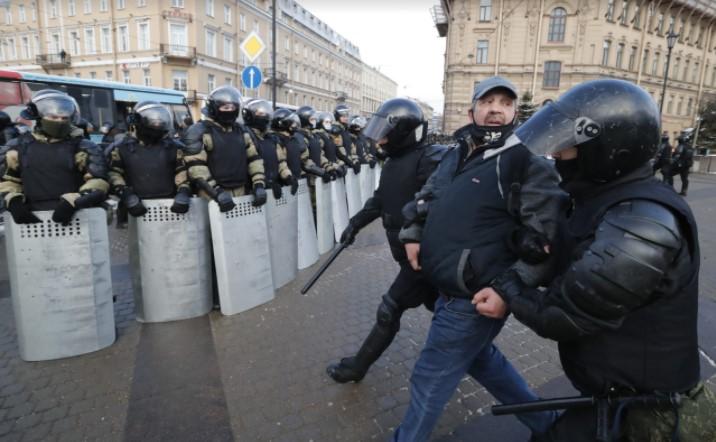 Уапсени сто лица на протести во Русија