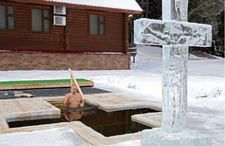 Путин нурна во ледена вода и ја испочитува традицијата за Богојавление (ВИДЕО)