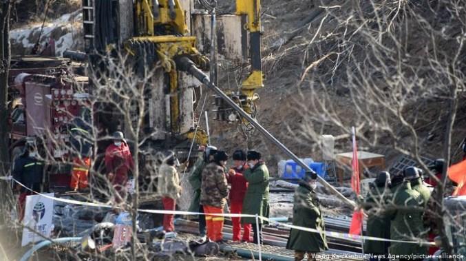 Спасени седум од 22 кинески рудари кои се затрупани две недели