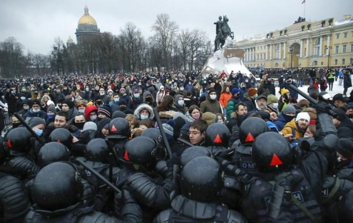 Уапсени околу 300 малолетници на протестите во Русија