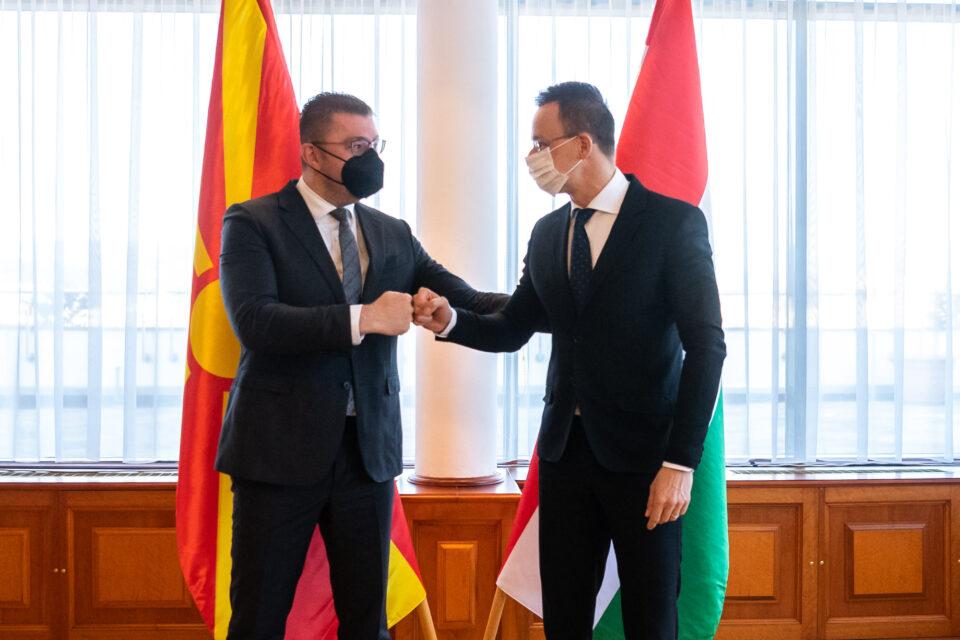 Сијарто на Фејсбук: Неделата ја почнуваме со лидерите на нашата братска партија од Македонија