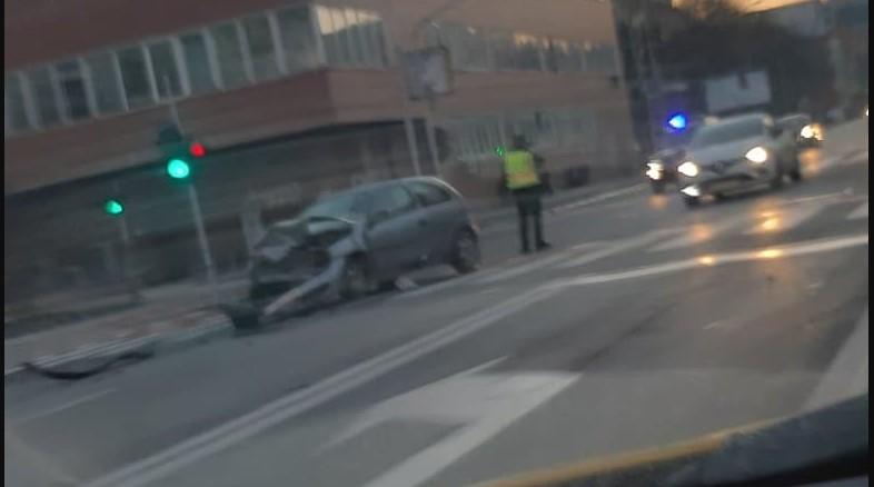 Две смачкани возила: Тешка сообраќајка во Центар