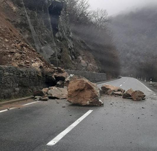 Нови одрони на патот Делчево – Македонска Каменица, отежнат сообраќајот