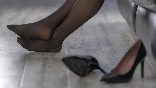 Трпат за убавина: Овие модни парчиња им го уништуваат здравјето на жените