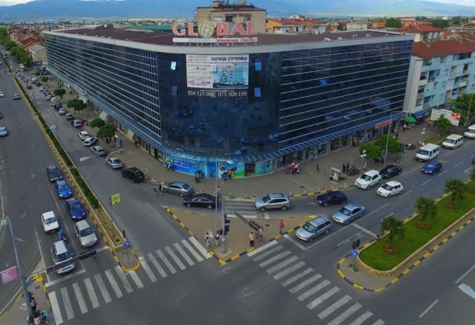 """ФОТО: Заев ги задолжи државните институции да донираат пари за обновување на """"Глобал"""""""