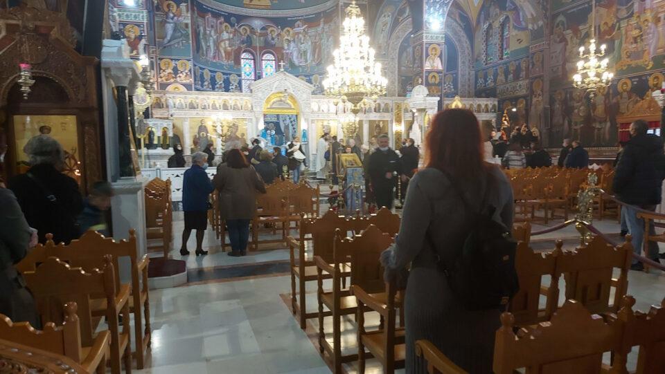 ФОТО: Црквите во Грција сепак ги отворија вратите за верниците за Водици