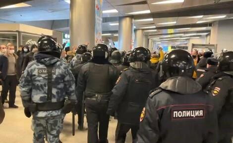 Навални се врати во Русија и предизвика хаос на аеродромот во Москва (ВИДЕО)