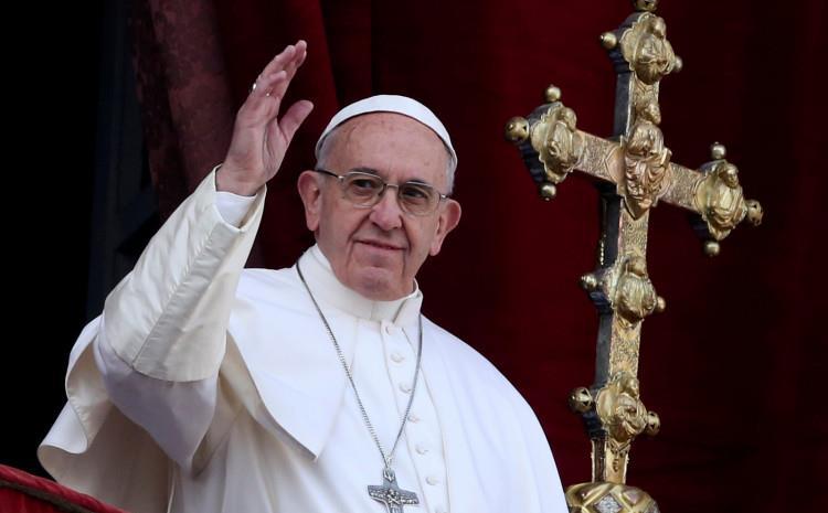 Папата Франциск им честиташе на Бајден и Харис