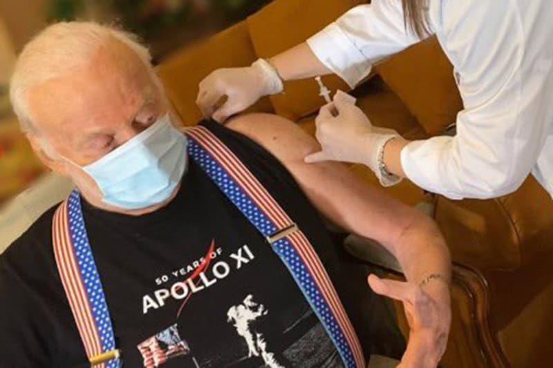 ФОТО: Овој човек одеше по Месечината, а денес се вакцинираше против коронавирус