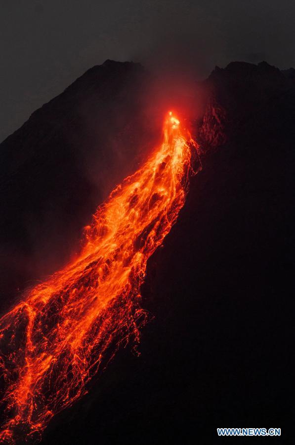 ИЗБУВНА МЕРАПИ – најактивниот вулкан во Индонезија исфрла лава (ФОТО)