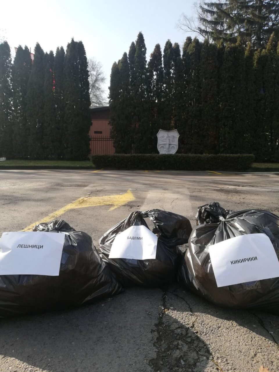 Герила акција: Граѓаните оставија црни вреќи пред бараките на град Скопје алудирајќи на тендерите за набавка на апетисани (ФОТО)