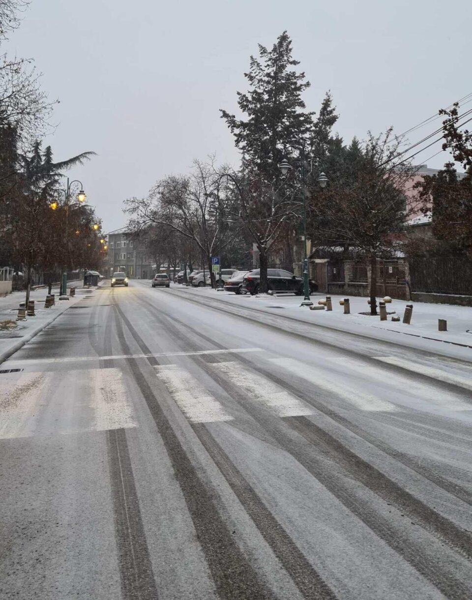 """Среде центарот на Скопје улица """"недопрена"""" од властите- снегот ги затече надлежните среде викенд (ФОТО)"""