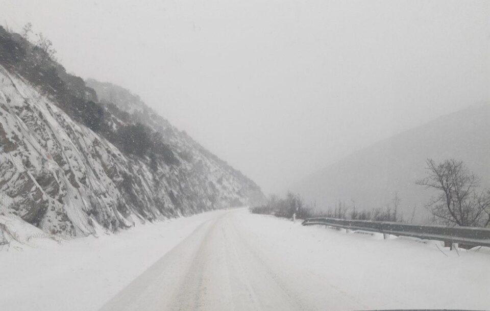 Снегот и денеска ги изненади властите: Автопатот Скопје-Велес денеска заборавен од властите (ВИДЕО)