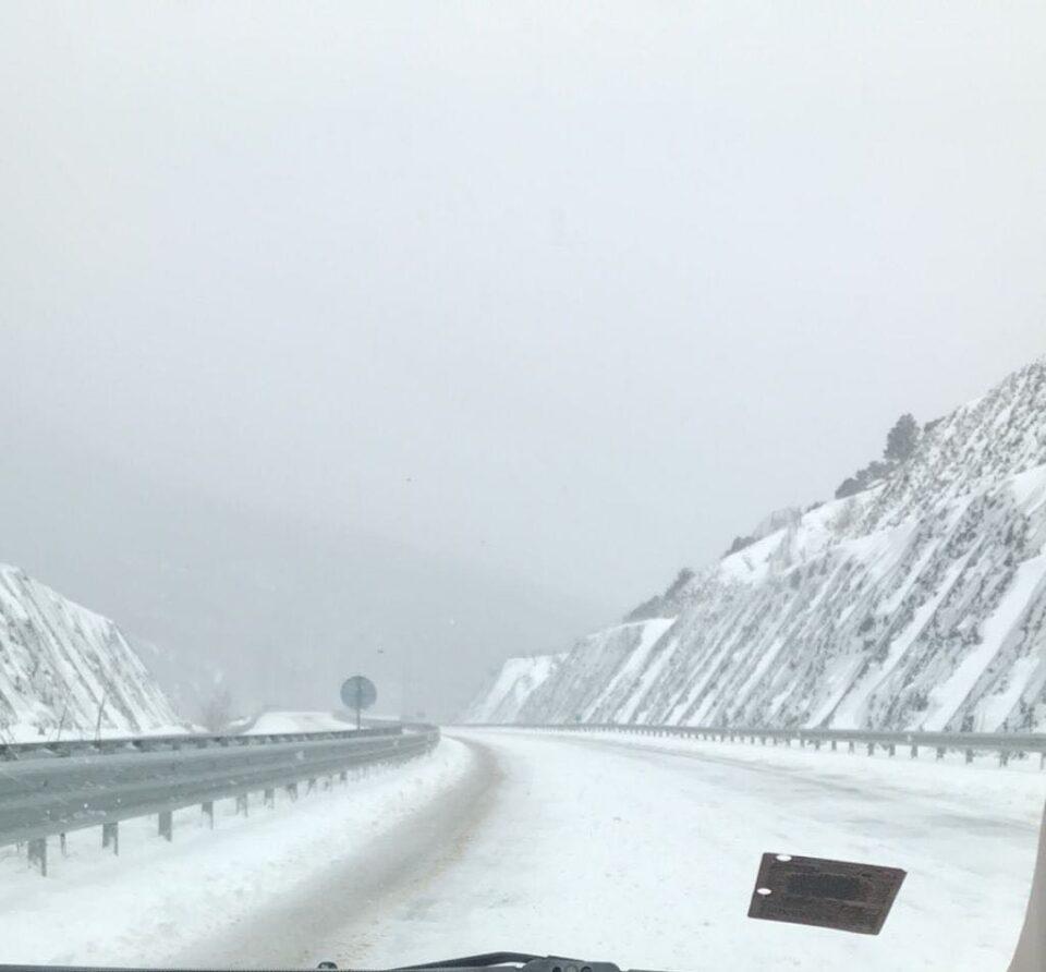 Снегот буквално чека да се стопи сам од себе на автопатот Демир Капија-Гевгелија