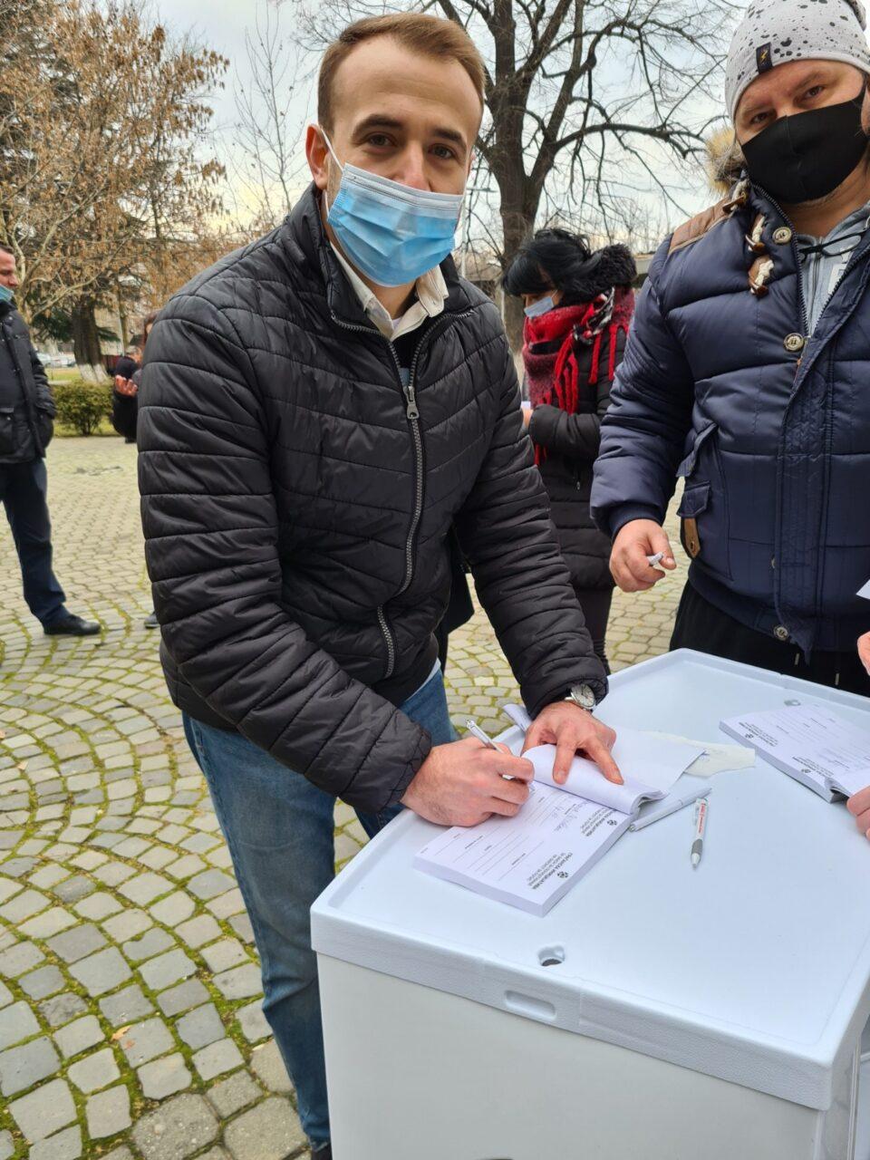 """Пратеникот Стојаноски се потпиша на """"Граѓанската иницијатива"""" за поништување на законот за попис"""