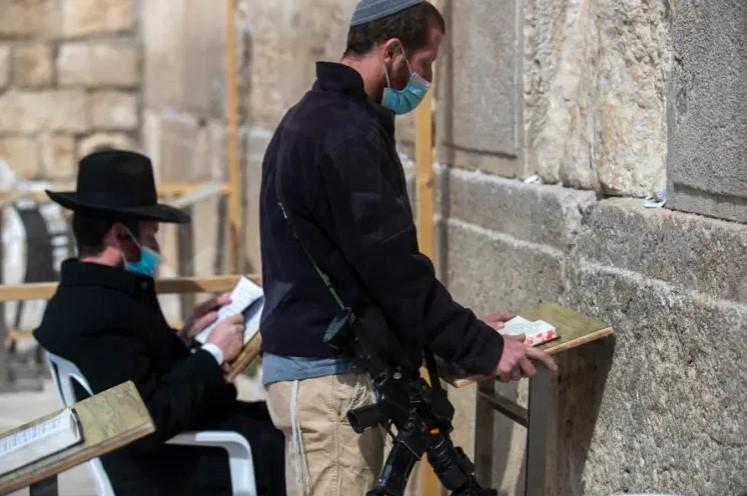 Израел: Дозволено е да се откриваат имиња на луѓе кои не биле вакцинирани