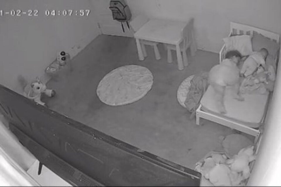 СТРАШНО ВИДЕО СЕ ВРТИ НИЗ ТИКТОК: Нешто го повлече девојчето под креветот, сцената е навистина морбидна! (ВИДЕО)