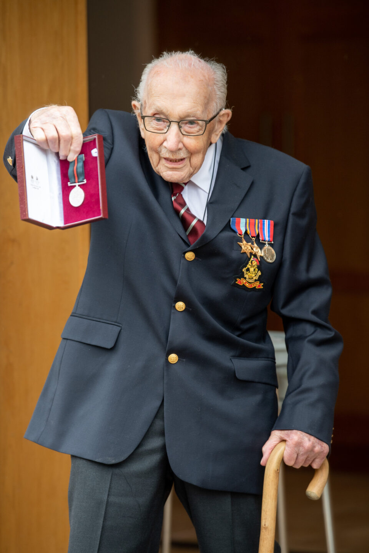 На 100-годишна возраст почина Сер Том Мур, ветеран од втората светската војна откако бил позитивен на коронавирусот
